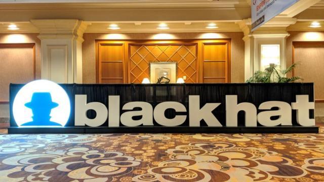 Black Hatロゴの看板。ホールに置かれた、黒地に白でblack hatと書かれた看板が写っている。